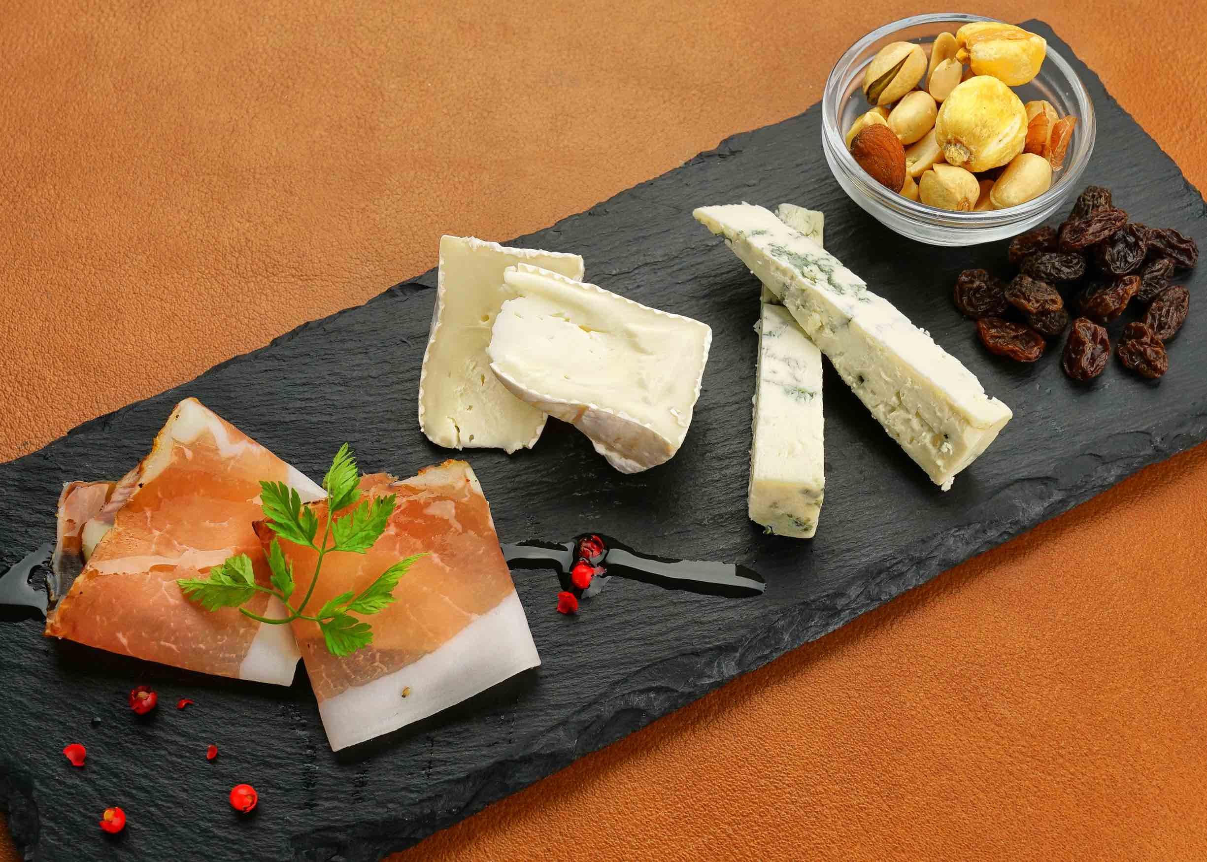 生ハムとチーズのプレート